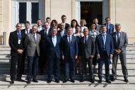 La délégation et leurs hôtes sur les marches du palais